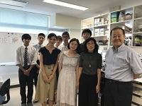 楊さんの恩師、中国医科大学 姜先生と大学見学で訪問していた尚絅学院高校の皆さんと一緒に。