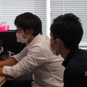 基礎修練3年 中野さん 伊藤助教の話を真剣に聞いてます
